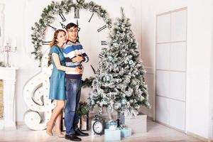 coppia di Natale felice famiglia sorridente a casa celebrando.nuovo anno foto