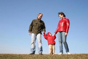 famiglia con bambino sul prato primavera foto
