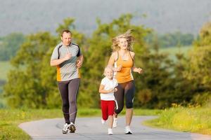 famiglia che corre per lo sport all'aperto foto