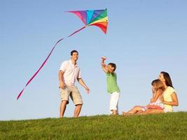 giovane famiglia che gioca in un campo foto