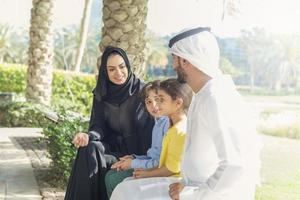 famiglia emirati nel parco foto
