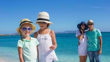 famiglia felice durante le vacanze estive al mare
