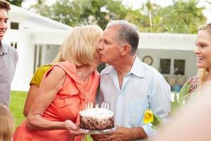 famiglia di diverse generazioni che celebra il compleanno in giardino