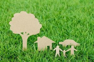 taglio della carta della famiglia con la casa foto