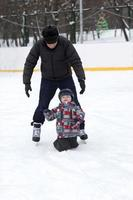 il nonno insegna a suo nipote a pattinare