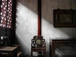 antica sala cinese con mobili foto