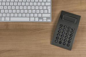 tastiera e calcolatrice sul desktop foto