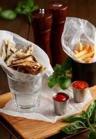 spratto e patatine fritte con salsa foto