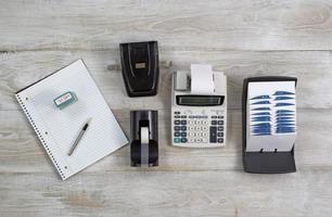oggetti business sul desktop in legno foto