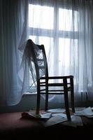 Stuhl am Fenster foto
