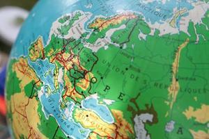 globo del vecchio mondo in francese, incentrato sull'Europa foto