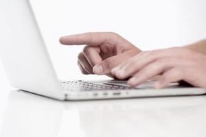 primo piano delle dita usando la tastiera foto