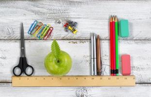 materiale scolastico in linea con il righello sul desktop bianco