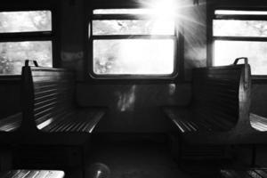 coppia di panchine in treno foto