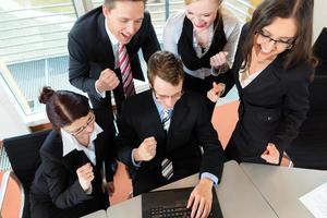 affari - gli uomini d'affari hanno una riunione di gruppo in un ufficio foto