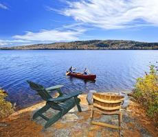 canoa sul lago foto