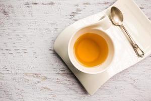 primo piano della tazza di tè su fondo bianco foto