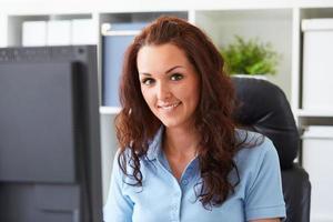 donna che lavora in ufficio foto
