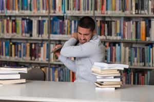 studente arrabbiato vuole rompere il suo laptop foto