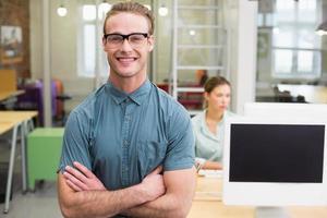 redattore di foto maschio sorridente in ufficio