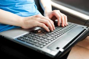 mani del primo piano sul computer portatile in un'auto foto