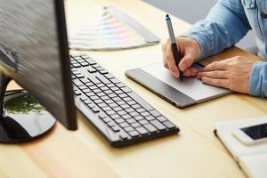 graphic designer al lavoro