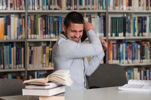 studente furioso che getta via il suo laptop foto