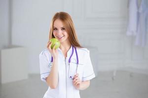 dottore in possesso di una mela verde. concetto di cibo sano. foto