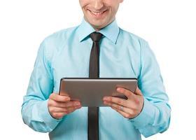 uomo che tiene compressa digitale, primo piano
