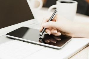 concetto di business in fase di scrittura sul tablet foto