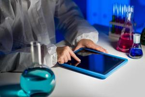 stretta di scienziato con tablet pc in laboratorio foto