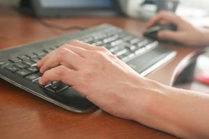immagine della digitazione delle mani dell'uomo. messa a fuoco selettiva foto