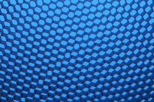stretta di rete nera. luce blu.