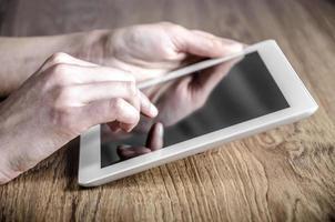 tablet bianco con uno schermo vuoto foto