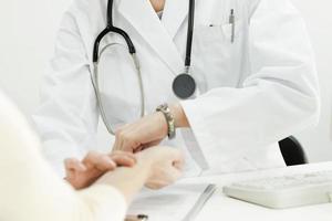 il medico che pianifica un polso