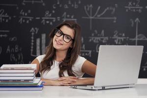 Ritratto di bella giovane studentessa in aula foto