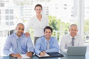 squadra di affari durante la riunione foto