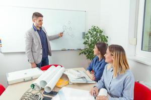 gruppo di architetti durante una riunione foto
