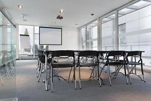 interno moderno e luminoso della sala per conferenze foto