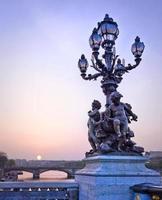 luci della città di Parigi sul ponte alexandre iii, parigi, francia foto