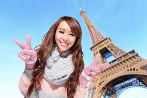 donna felice di viaggio a Parigi foto