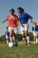 ragazze adolescenti che giocano a calcio foto