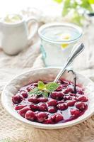 dessert di gelatina danese con frutti di bosco foto