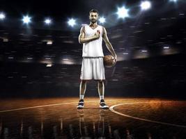 orgoglioso giocatore di basket in palestra foto