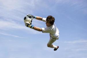 portiere di calcio calcio facendo il salvataggio foto
