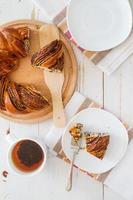 rotolo di papavero a forma di anello su tavola di legno, pezzo foto
