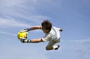 calcio - il portiere di calcio fa il salvataggio foto