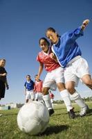 adolescenti che giocano a calcio foto