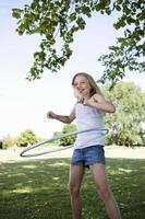 ragazza con hula-hoop foto