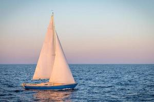 barca a vela blu nell'oceano foto